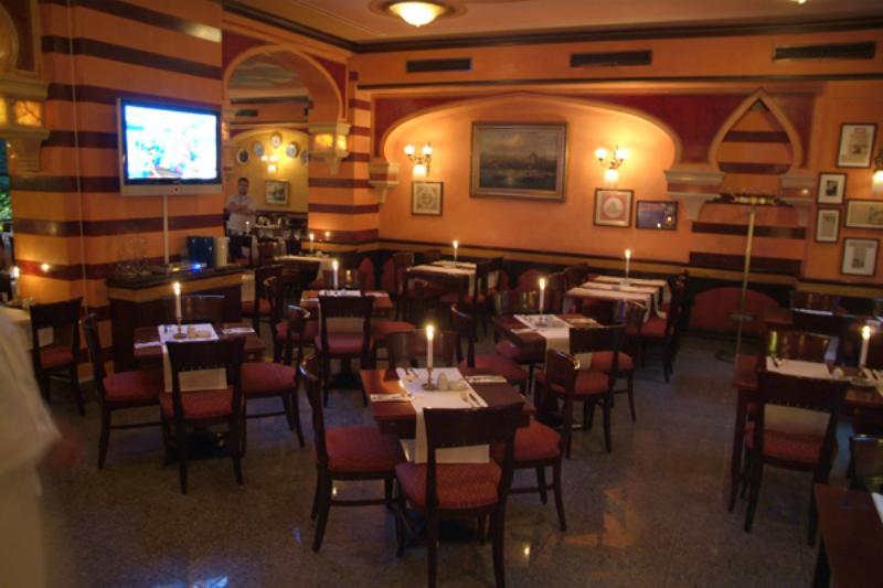 Hauptspeise bereich im Hasir. Main dining area in Hasir.